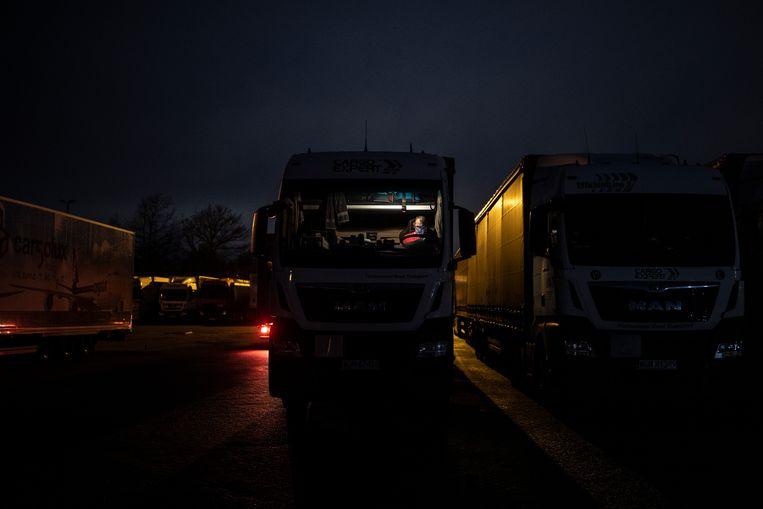Een gestrande chauffeur wacht in zijn truck in Dover. Beeld Getty Images