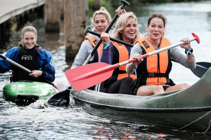 In 2017 kon er ook niet worden gezwommen dus werden kano's ingezet. Foto: Jan van den Brink