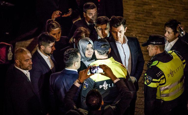 De Turkse minister van Familiezaken Kaya wordt tegengehouden wanneer ze richting het consulaat loopt. Beeld Freek van den Bergh / de Volkskrant