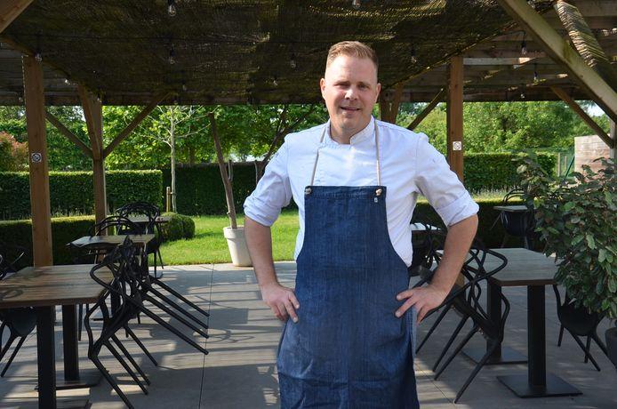 Chef-kok Dean Hoebeeck op het terras van restaurant Table 22 in Welle.