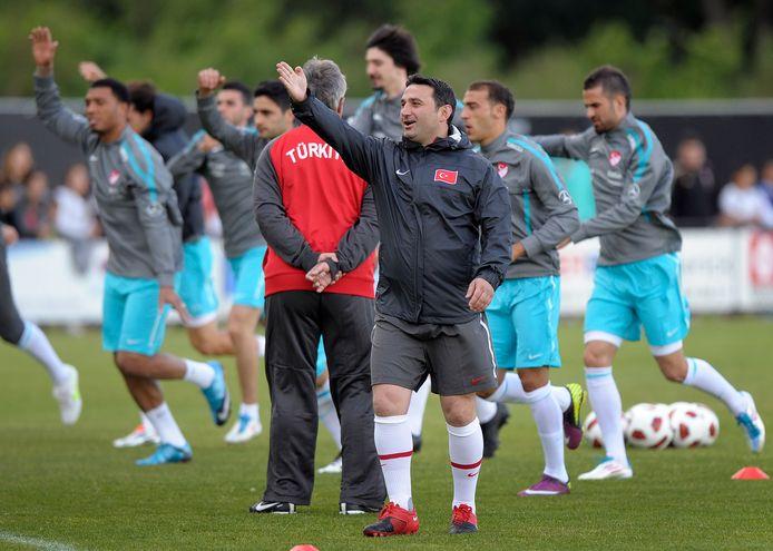 Fuat Usta als assistent bij Turkije. Op de achtergrond Guus Hiddink.