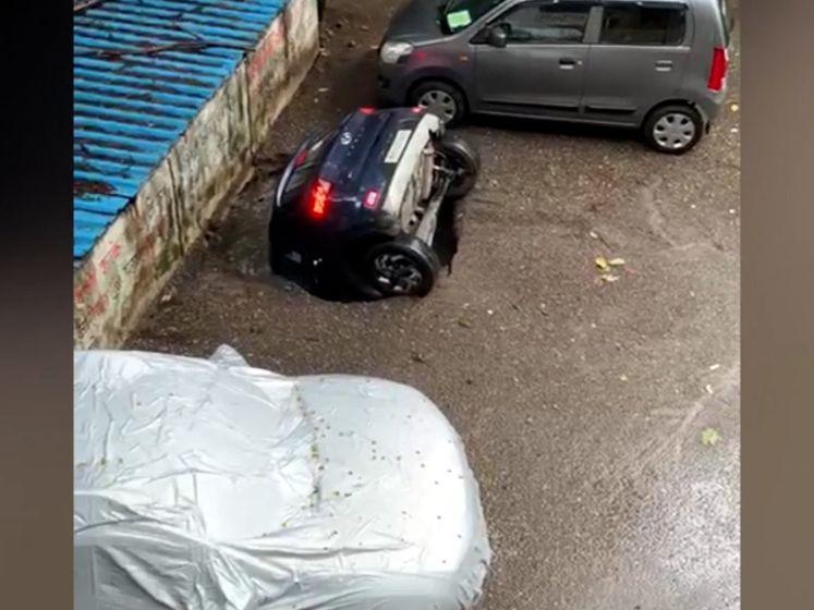 Geparkeerde auto verdwijnt in zinkgat