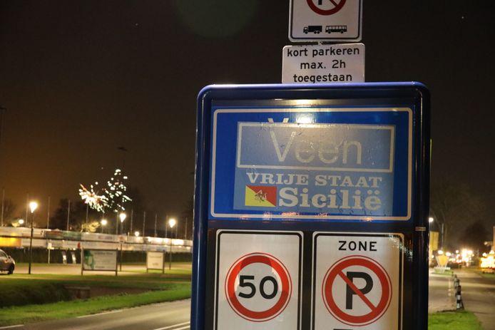 Bij de toegangswegen naar Veen staat er elke december bij de plaatsnaamborden: 'Vrije Staat Sicilië'.