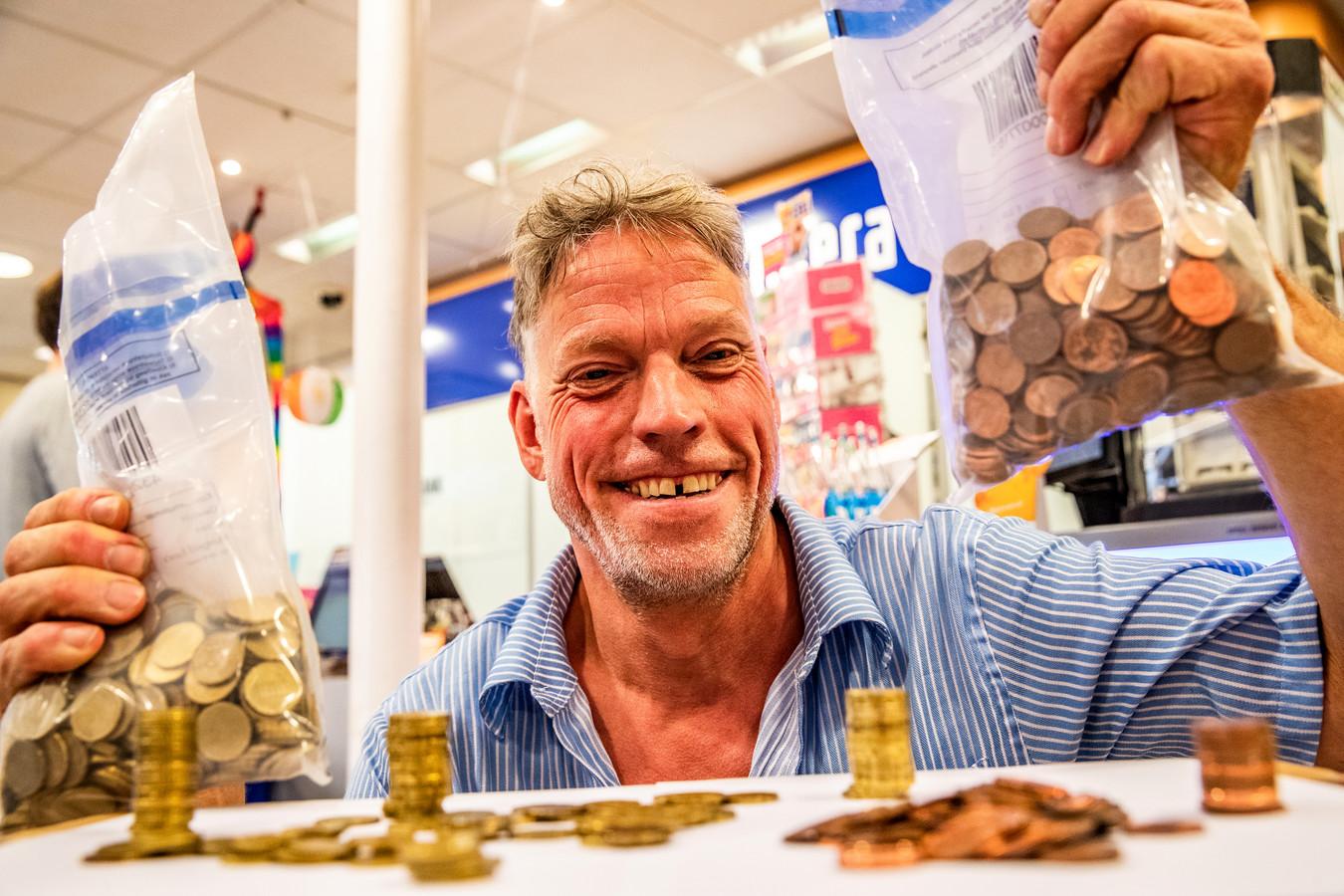 Dankzij een oproep op Facebook heeft Huub Obdeijn weer volop wisselgeld tot zijn beschikking.
