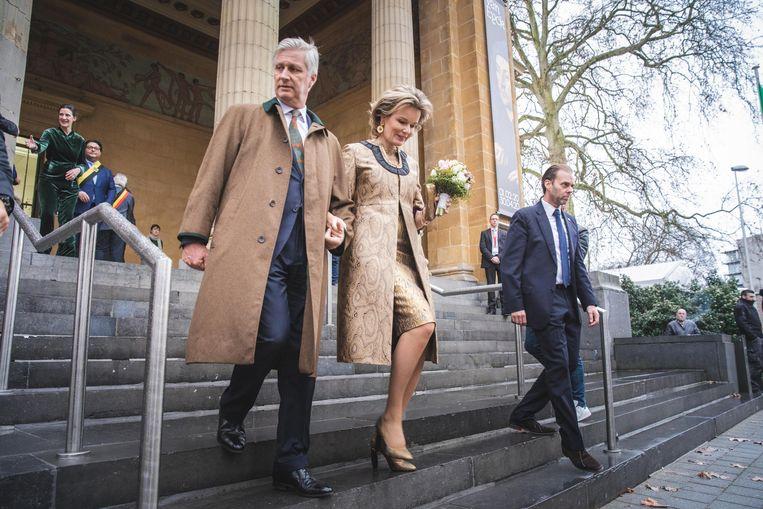 De koning en de koningin bij het verlaten van het museum.