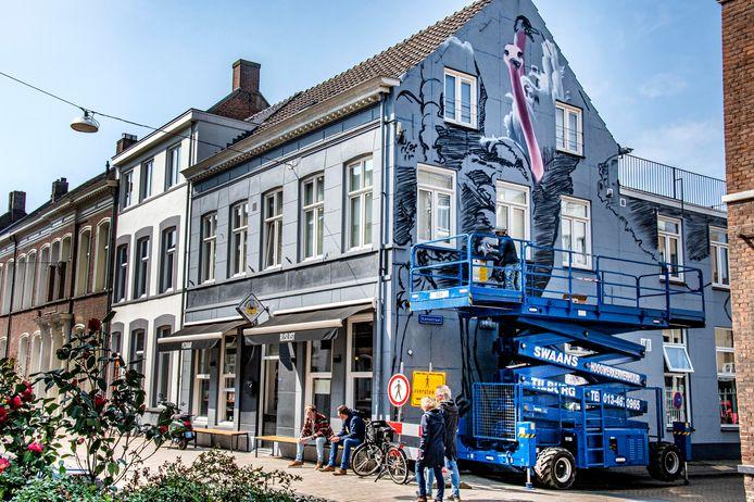 Aan de Willem II-straat, op de hoek met de Karrestraat, duiken gigantische struisvogels op.