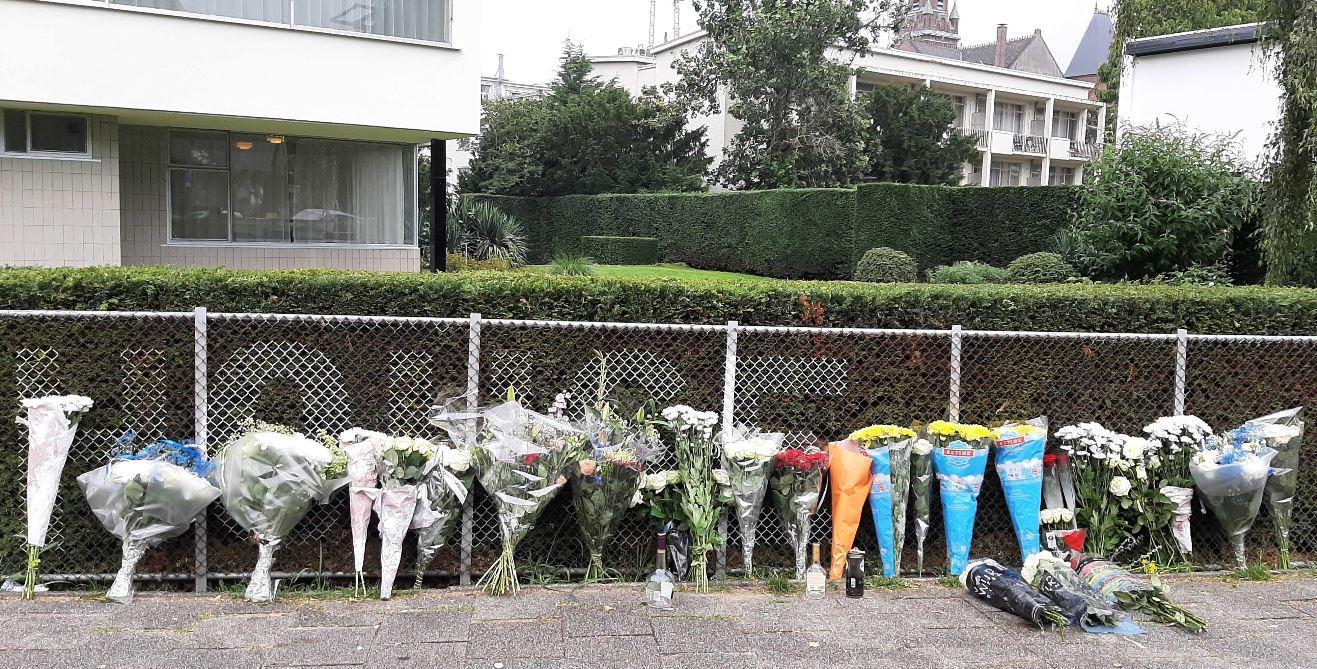 Bloemen op de plek van de steekpartij.