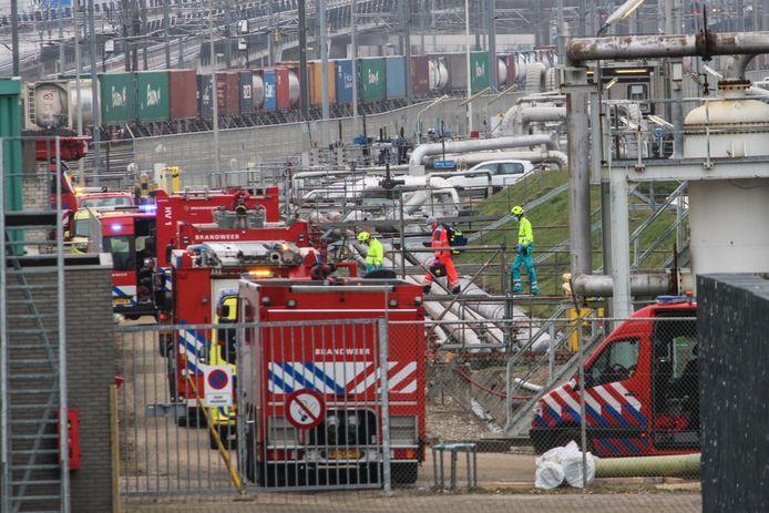 Bij een bedrijfsongeval bij de Shell-raffinaderij in Pernis viel een man van zeven meter hoog in een tank.