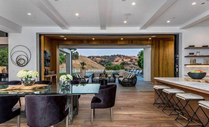 Het huis telt meerdere kamers met een schitterend uitzicht.