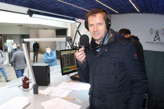 Tony Vermeire achter de microfoon van Radio Lievegem.