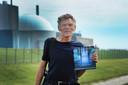 Rob Huibers met zijn boek Een Stralend Verleden bij de kerncentrale in Borssele.