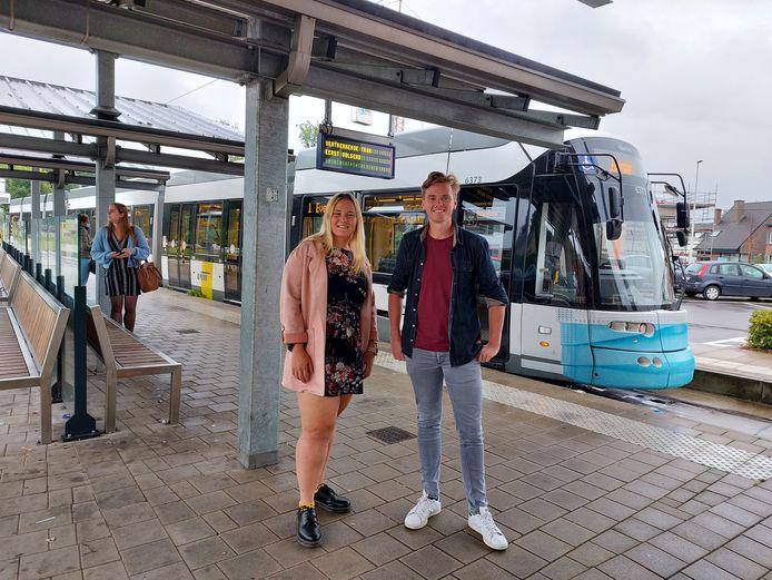 Daphné Eggermont en Sven Roegiers aan de tramhalte Brielken in Evergem.