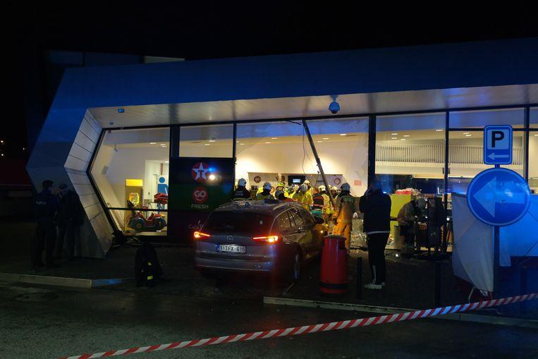 De auto staat in het tankstation op de E40 in Drongen.