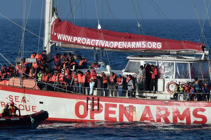 Het schip van de Spaanse ngo Proactiva Open Arms vangt migranten op nabij de Libische kust.