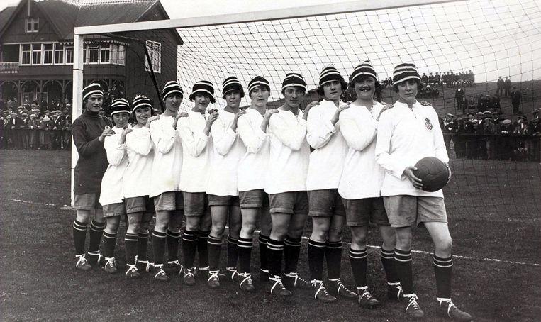 De Dick, Kerr Ladies, ongeslagen kampioen van Engeland in 1920-1921. Uiterst rechts: Lily Parr.  Beeld Popperfoto/Getty Images