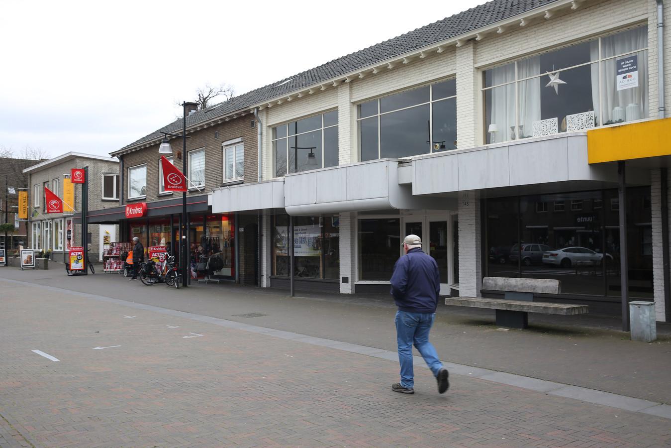 In het pand aan de Stuijvenburchstraat 143 (herkenbaar aan de witte 'gevels') komen een café, twee appartementen en een penthouse.