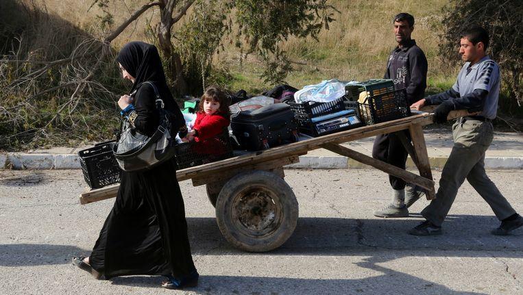 Mensen ontvluchten hun huis ten oosten van Mosoel tijdens de gevechten van de Iraakse veiligheidskrachten tegen IS. Beeld AP