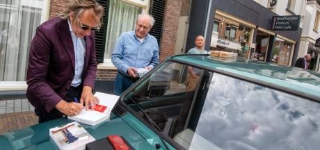 Marcel van Roosmalen signeert vanwege corona niet onder systeemplafond maar op motorkap in Velp