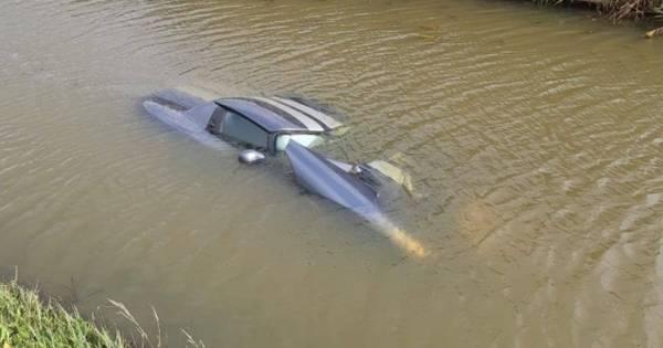 Dodge in het water na ongeluk in Waalwijk: 'Leek wel een onderzeeër'.