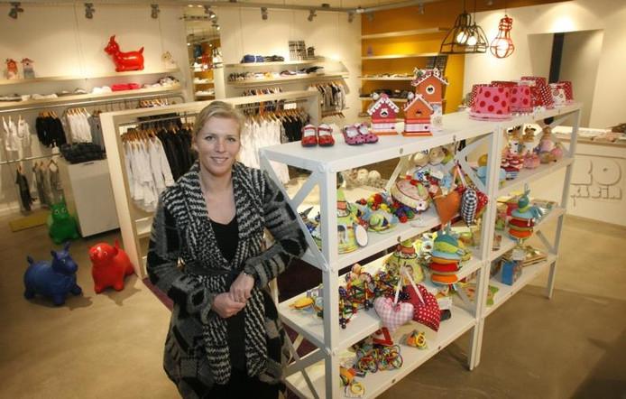 Femke Smits-Ockhuizen in haar nieuwe winkel 'Zo klein'.