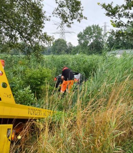 Auto rijdt maïsveld in buitengebied Hengelo in