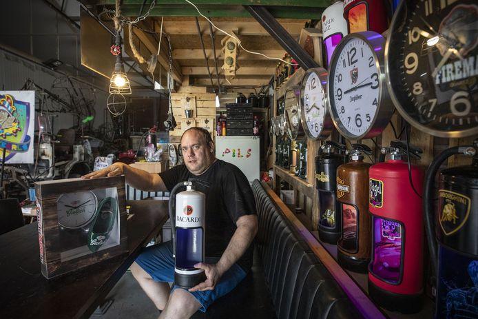 Onder meer lampen gemaakt van brandblussers, bestemd voor de mancave. Daarmee wil de carnavalsvereniging de Keienkearls de bouw van een carnavalswagen bekostigen.