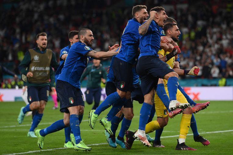 Italiaanse spelers vieren de overwinning van het team. Beeld AFP