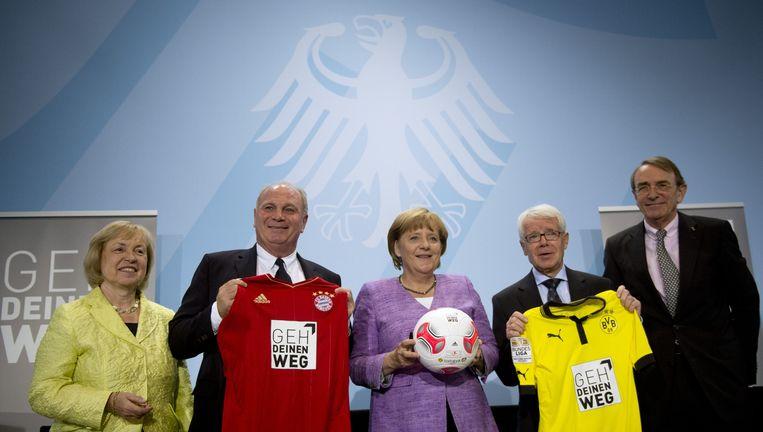 Merkel poseert met onder meer Uli Hoeness (tweede van links). Beeld AFP