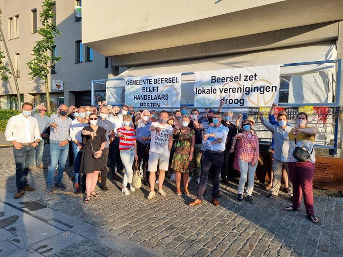 Heel wat handelaars en ondernemingen verzamelden donderdag op het Winderickxplein om te protesteren tegen het belastingbeleid van de gemeente Beersel.