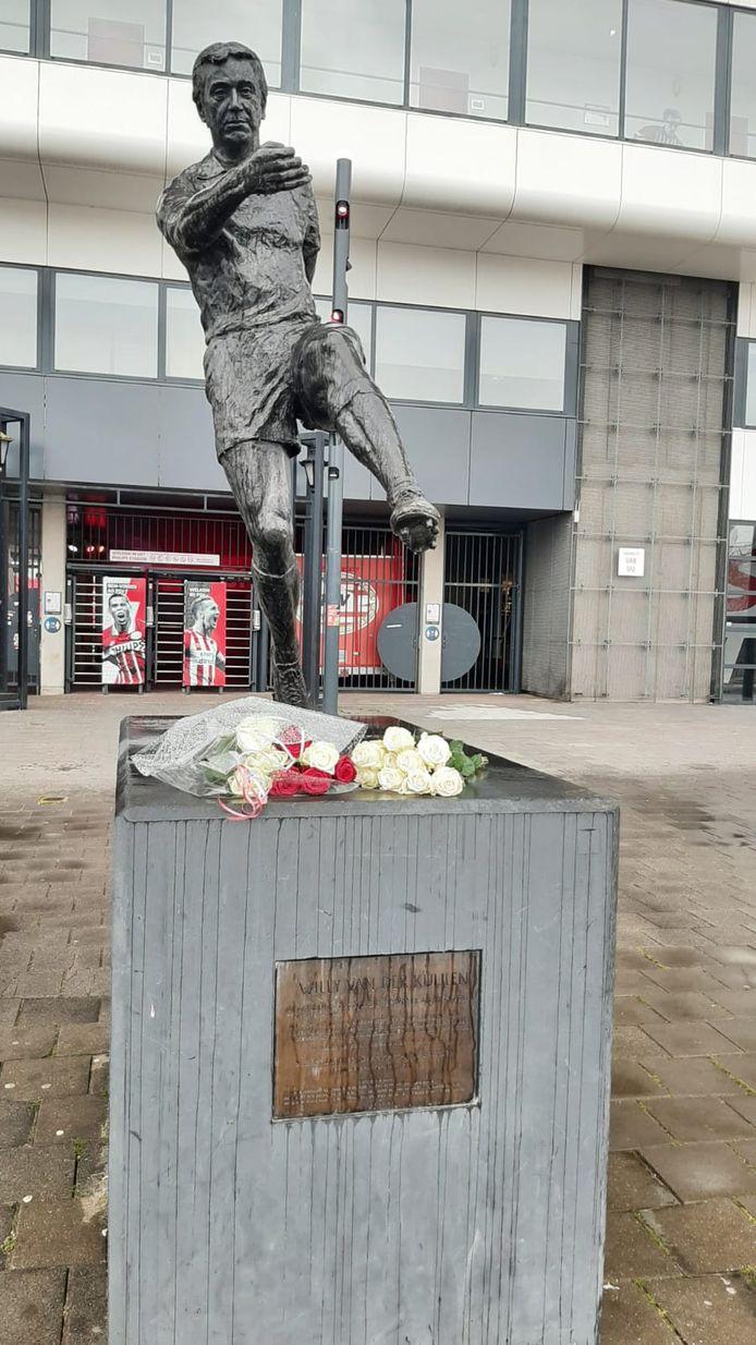 Bloemen bij het beeld van Van der Kuijlen voor het Philips Stadion.