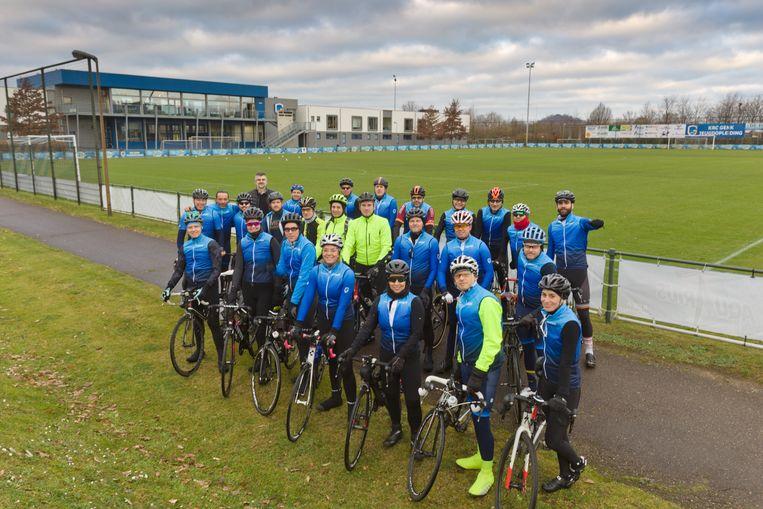 In het kader van de Heizel Challenge in het wiel van de voorzitter fietsen 20 mannen en 4 vrouwen, allemaal fans van Racing Genk, naar Union waar de lcub speelt voor een plaats in de halve finale van de Beker van België.