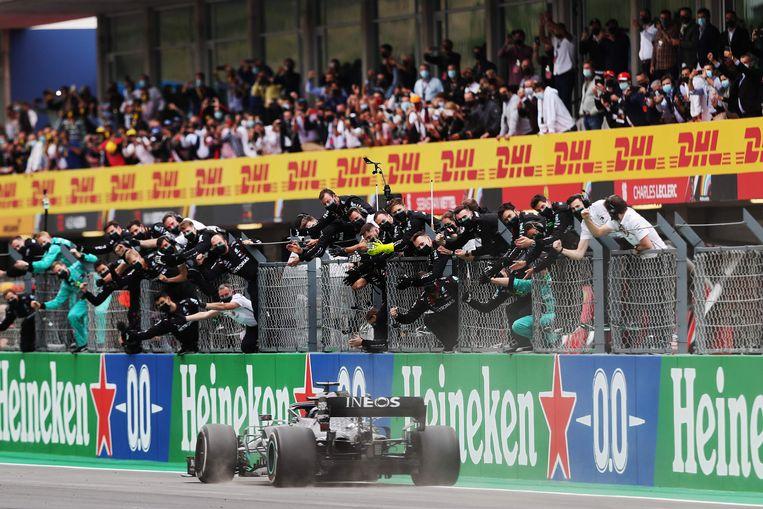 Lewis Hamilton bereikte als eerste de finish tijdens de Portugese Grand Prix. Beeld AFP