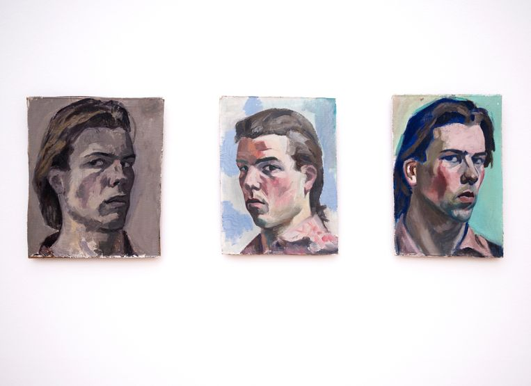 'Ik ken Philip Akkerman sinds de jaren tachtig. Hij maakt uitsluitend zelfportretten. Een kunstenaar die zich zo weet te beperken, dat vind ik een fenomeen. We hebben meer dan 500 werken van hem. Ieder jaar ga ik bij hem op bezoek. Dat is een ritueel. Wij bespreken de wereld met een kopje Lapsang souchong thee en Haagse Petit fourtjes. Dan laat hij me de oogst van het vorige jaar zien en kies ik er een aantal uit.' Beeld Philip Akkerman - Schilderij nummer 2, Schilderij nummer 31, Schilderij nummer 36 (1981), foto: Els Zweerink