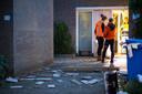 De woning in Zwolle was flink beschadigd door de explosie. Voor het huis lagen delen van de gevel.