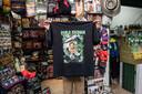 Shirts, petjes en posters in de souvenirshop.