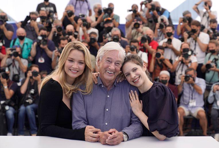 Paul Verhoeven met Virginie Efira en Daphne Patakia in Cannes. Beeld AP