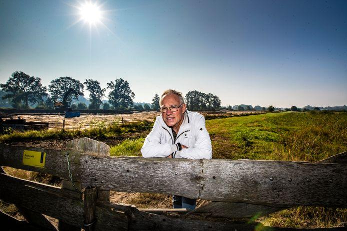 Jan Hendriks van IVN afdeling Raalte midden in het natuurgebied Hoge Broek, waar het laatste weiland een natuurherstelbeurt krijgt.