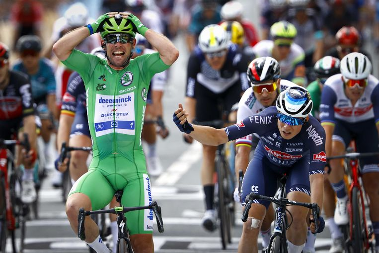 Mark Cavendish kan het niet geloven. In Châteauroux wint hij zijn tweede etappe in deze Tour. Beeld ANP