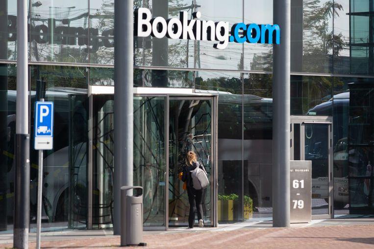 Het hoofdkantoor van Booking.com in Amsterdam. De hotelsite gaat de steun die het vorig jaar van de overheid kreeg alsnog terugbetalen. Beeld Hollandse Hoogte / Harold Versteeg