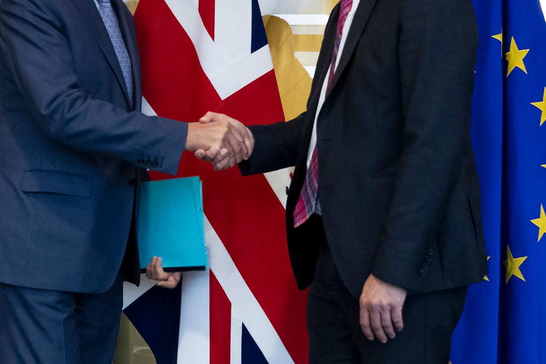 Brexit-minister Stephen Barclay (rechts) schudt handen met EU-hoofdonderhandelaar Michel Barnier.