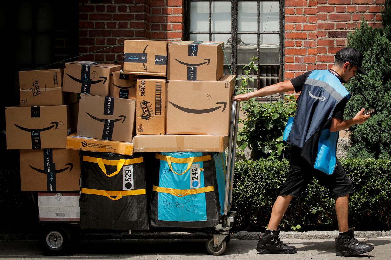 Een Amazon koerier sleurt met pakjes Beeld REUTERS