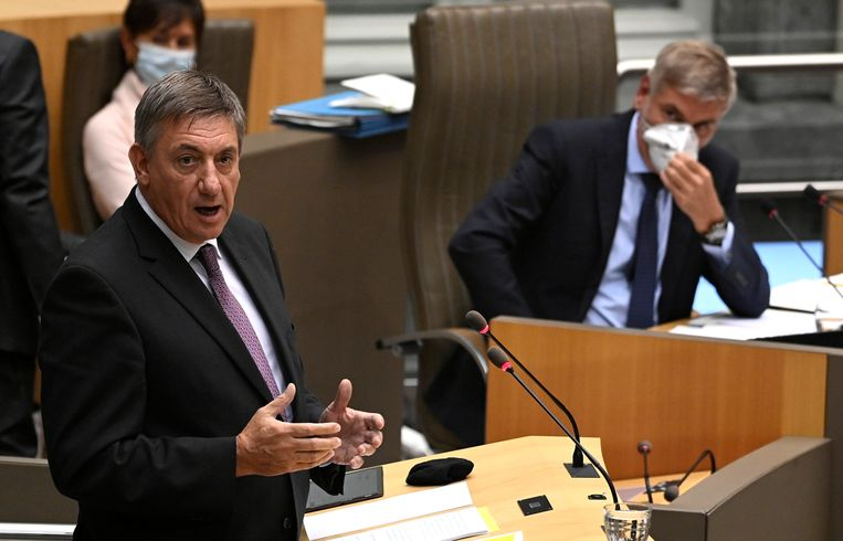 Minister-president Jan Jambon (N-VA) geeft zijn Septemberverklaring in het Vlaams Parlement. Filip Dewinter (Vlaams Belang) leidt de zitting. Beeld Photo News