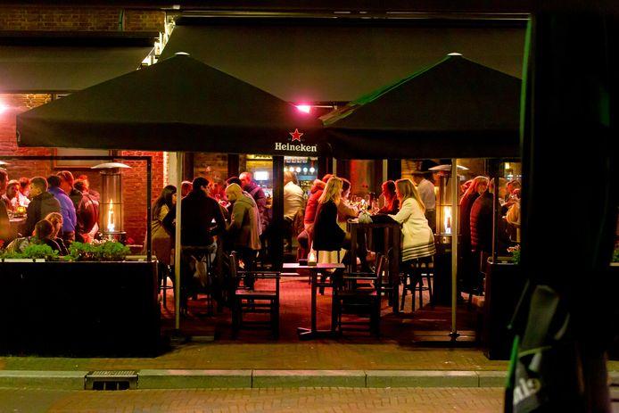 Terras in Rotterdam, vlak voordat de kroegen en restaurants weer dicht moesten.