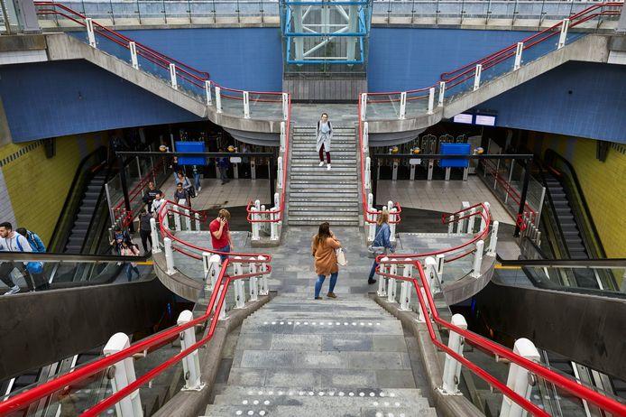 Deze week wordt getest of de waterdichte schuiven in de Rotterdamse spoortunnel - met het ondergrondse metro- en treinstation Blaak - nog wel goed afsluiten.