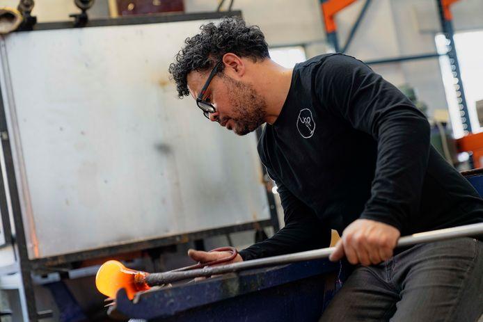 Marco Lopulalan werkt aan het Oranjevaasje.