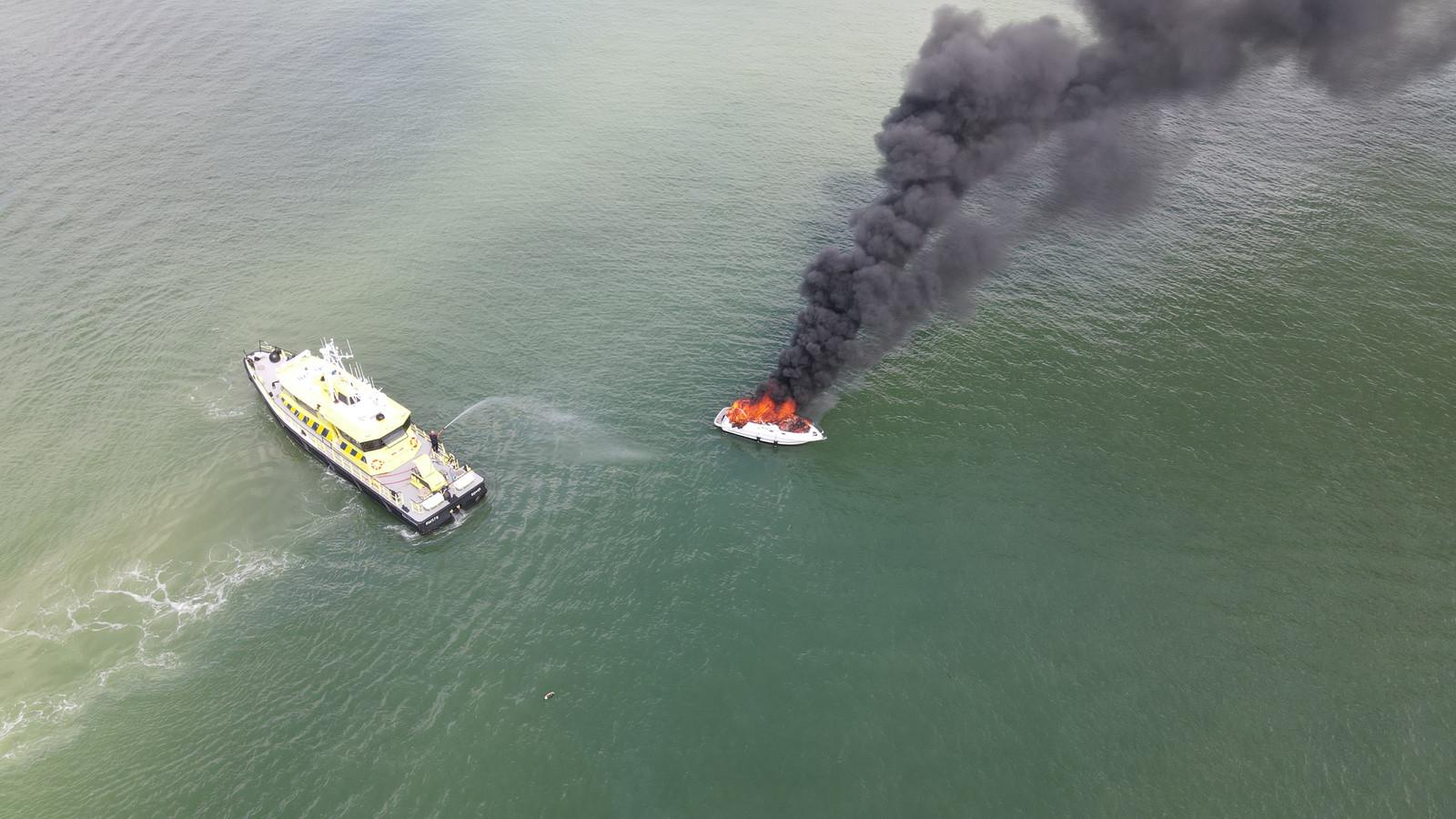Het jachtje was niet meer te redden. Rijkswaterstaat heeft het gecontroleerd uit laten branden.