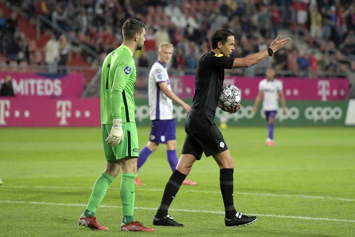 Scheidsrechter Richard Martens staakt de wedstrijd tussen FC Utrecht en RKC Waalwijk.