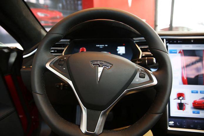 Tesla zelf heeft altijd gewaarschuwd dat de autopilot slechts een hulpsysteem is voor de bestuurder, die steeds de handen aan het stuur moet houden. Maar in de praktijk zouden heel wat bestuurders het stuur toch loslaten.