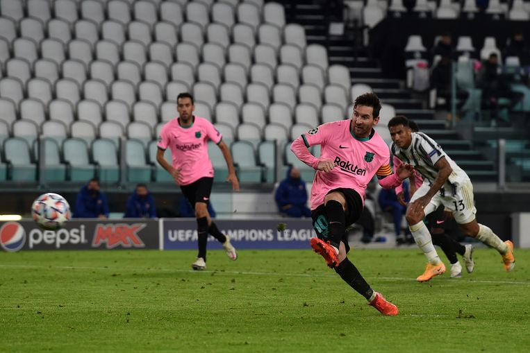 Lionel Messi schiet een penalty binnen. Beeld Getty Images