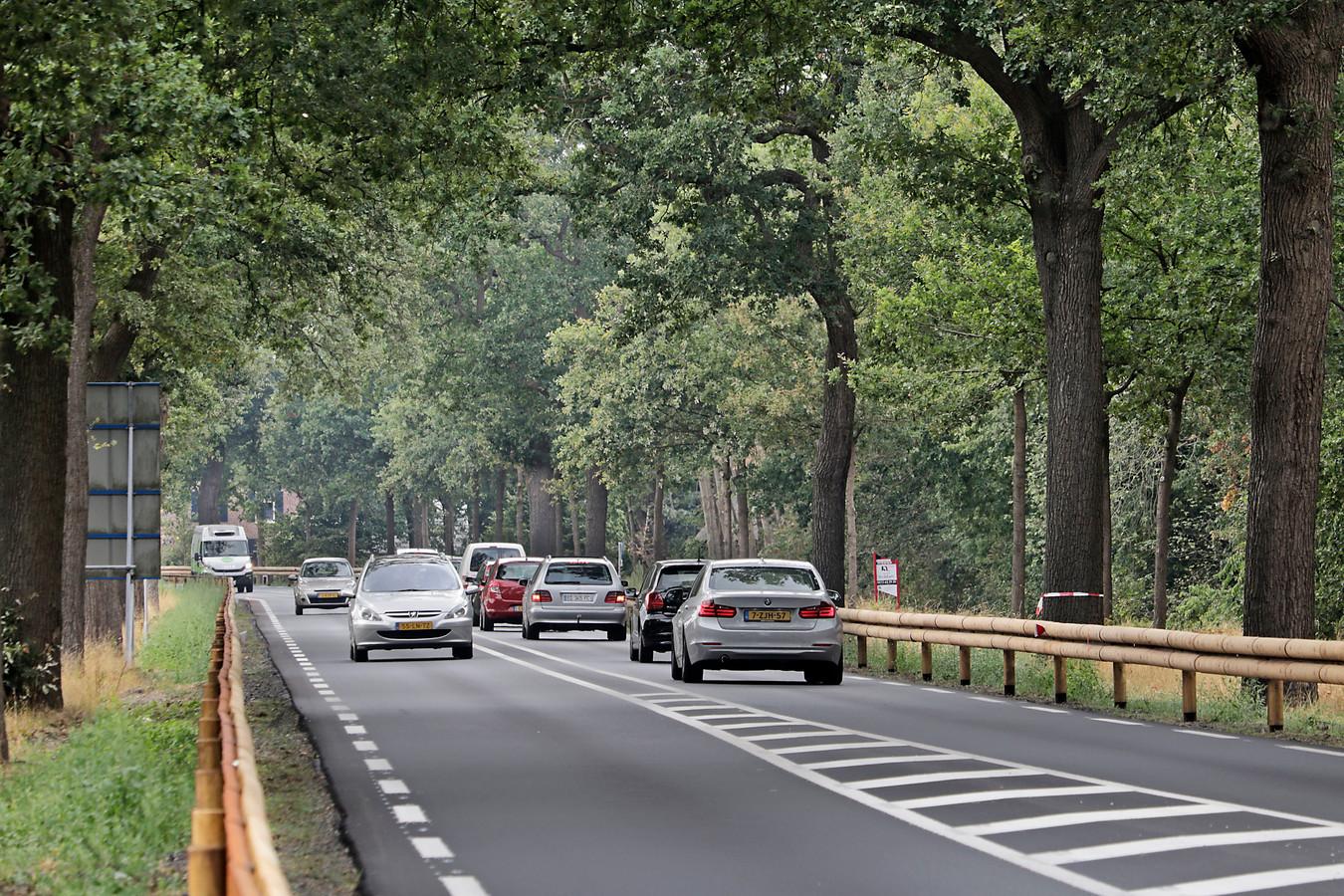 Bestuurders voelen zich soms wat claustrofobisch op de Rijksweg tussen de met hout beklede geleiderails.